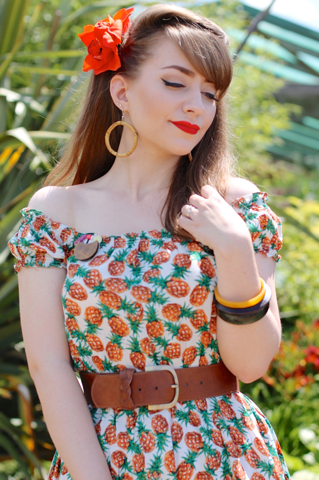 Tropical pin-up look