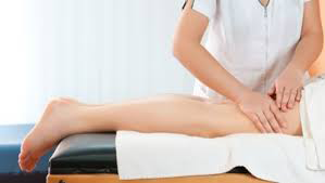 """Kekejangan Otot Kaki Kekejangan otot kaki biasa terjadi kepada ibu hamil dan juga atlet yang kuat bersukam. Kejadian ini juga melibatkan AM yang kini semakin aktif di dalam aktiviti badminton bersama rakan-rakan sekerja.  Permulaan kejadian kekejangan otot kaki terutamanya sebelah malam bagi AM sudah bermula seketika AM aktif di dalam aktiviti seni bela diri suatu ketika dahulu. Ini bermakna kejadian kekejangan otot kaki untuk AM bukan baru.  Kekejangan otot kaki biasanya terjadi selepas AM melakukan aktiviti yang melibatkan pergerakan yang sedikit kuat dan lasak. Maklumlah AM nie suka aktiviti yang lasak sedikit.  Untuk mengetahui lebih lanjut mengenai simptom-simptom kekejangan otot kaki yang melibatkan 3 keadaan iaitu kekejangan otot kaki waktu malam, kekejangan pada atlet dan di kalangan ibu hamil. Punca dan sebabnya hampir sama sahaja. Kekejangan Otot Kaki  Kekejangan Otot Kaki Waktu Malam Ia dikenali sebagai """"noktunal leg cramps"""" iaitu pengecutan otot secara tidak terkawal yang berlaku di malam hari dan selalunya terjadi ketika anda tidur. Otot yang terlibat adalah otot betis.  Kesakitan akibat kekejangan ini mampu mengejutkan seseorang yang sedang tidur dan kesakitan ini mungkin terjadi dalam beberapa saat sehingga beberapa minit. Ini yang sering terjadi kepada AM.  Punca Terdapat beberapa punca terjadinya kejadian kekejangan otot di waktu malam antaranya Dehidrasi Kekurangan unsure mineral (magnesium,potassium,calcium dan sodium) Kurangnya pengaliran darah ke kaki"""