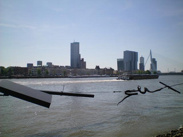 Puente Erasmo y Wilhelminapier en Rotterdam orilla