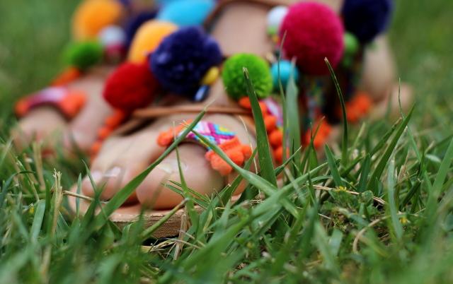 Sandalias griegas con pompones