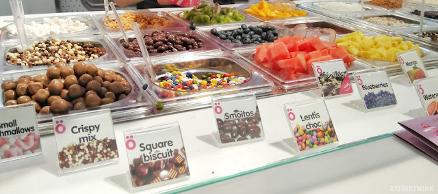 Smöoy frozen yogurt Markthal Rotterdam toppings chocolates