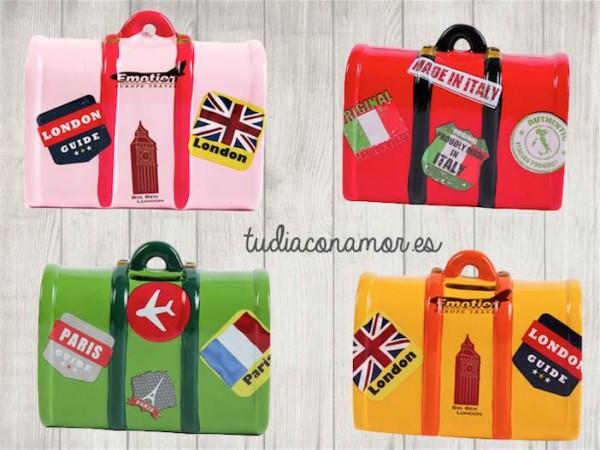 Estas huchas con forma de maleta son el detalle ideal para una boda de temática viajera, perfectas para regalar como recuerdo a los niños.