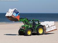 Sylt, Strandkörbe werden mit dem Trecker herangeschafft