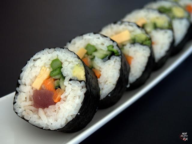 Dos variedades de sushi: futomaki y chirashi, con salmón, atún rojo y verduras.
