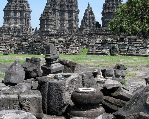 Tinuku Travel Prambanan Temple, the largest Hindu architectural sites in the world in honor the gods Brahma, Vishnu and Shiva