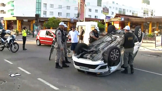 Homem capota carro e fica ferido, na capital da Paraíba