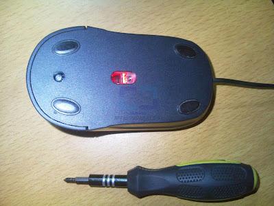 Mouse y destornillador