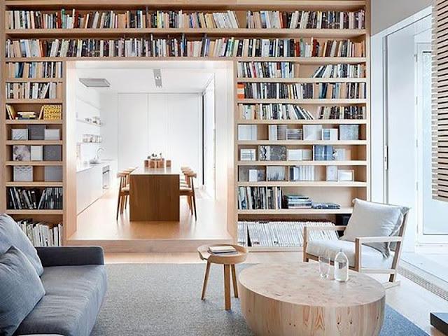 bibliothèque sur mur de la salle à manger