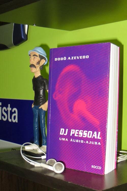 Capa do livro DJ Pessoal, ao lado de uma miniatura do Seu Madruga, do seriado Chaves.