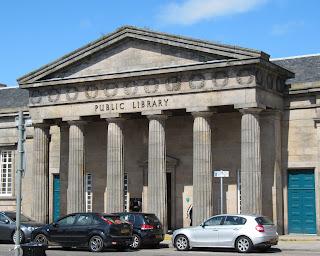 Tässä kirjastossa en päässyt nettikoneelle, ennen kuin hain passini majapaikasta. Onneksi Invernessin keskustassa ei ollut pitkä matka minnekään.
