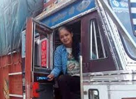 खतरनाक सड़को पर बेधड़क चलाती है ट्रक हिमाचल की यह बहादुर बेटी - Brave daughter