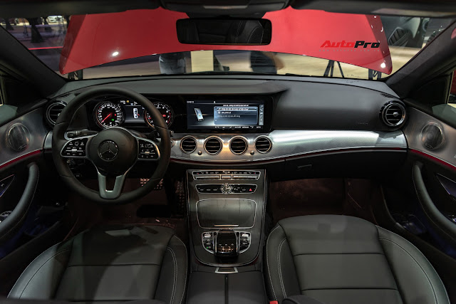 Trang bị nội thất trên Mercedes E200 Sport thừa hưởng nhiều từ phiên bản cao cấp nhất. Màn hình giải trí lớn 12,3 inch, âm thanh Burmester, điều hoà tự động 3 vùng, cửa sổ trời toàn cảnh, vô-lăng bọc da Nappa... là điểm nhấn