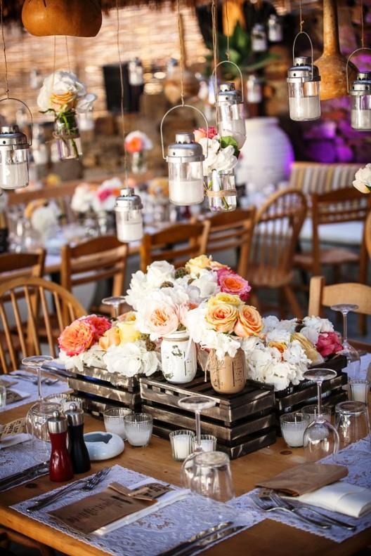 decoracion floral de mesas en boda en mykonos chicanddeco