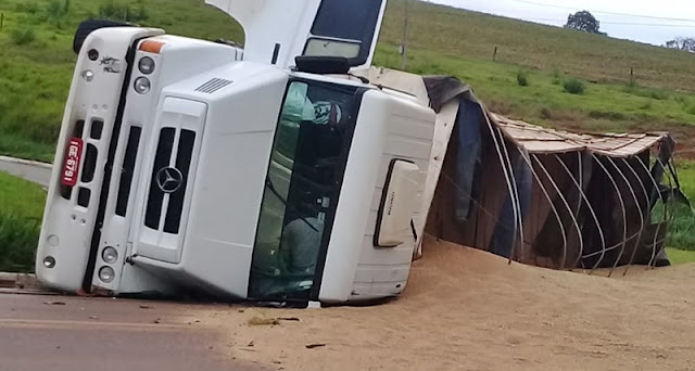 Caminhão tomba na PR-462, ao tentar fazer o trevo no Esplanada