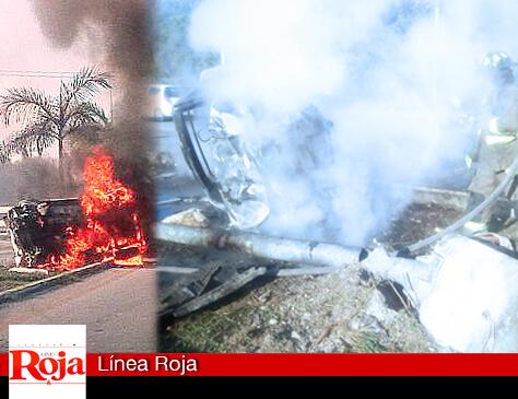 Espectacular incendio de un vehículo al chocar contra un poste del camellón central de la carretera Playa del Carmen-Cancún