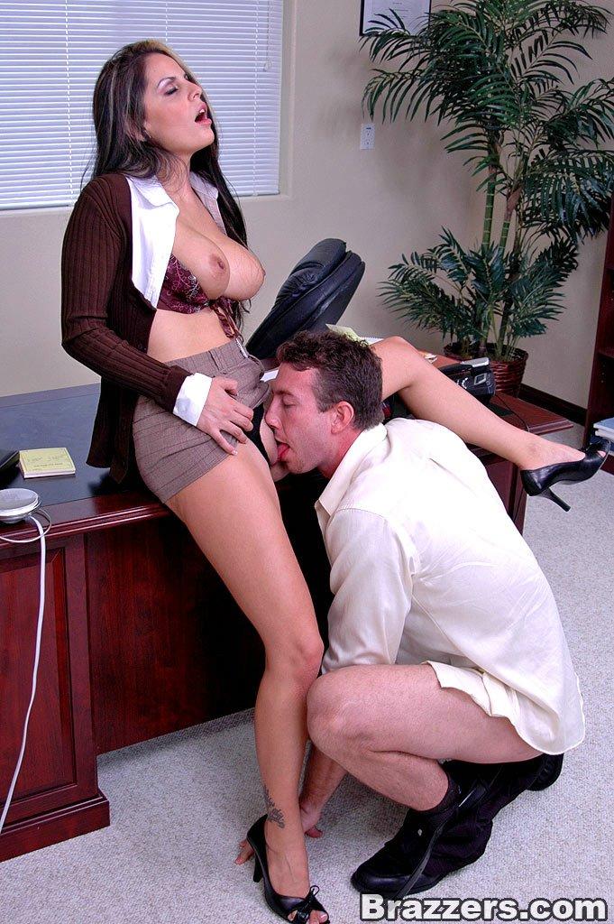Заставила лизать секретаршу 10