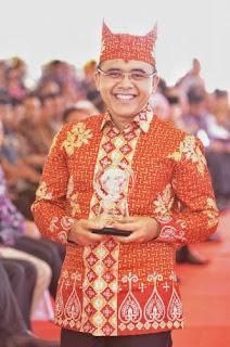 Bupati Azwar Anas menerima penghargaan Anugerah Kebudayaan dari PWI.