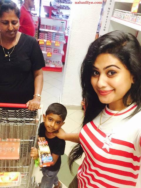 Piumi Hansamali with her child