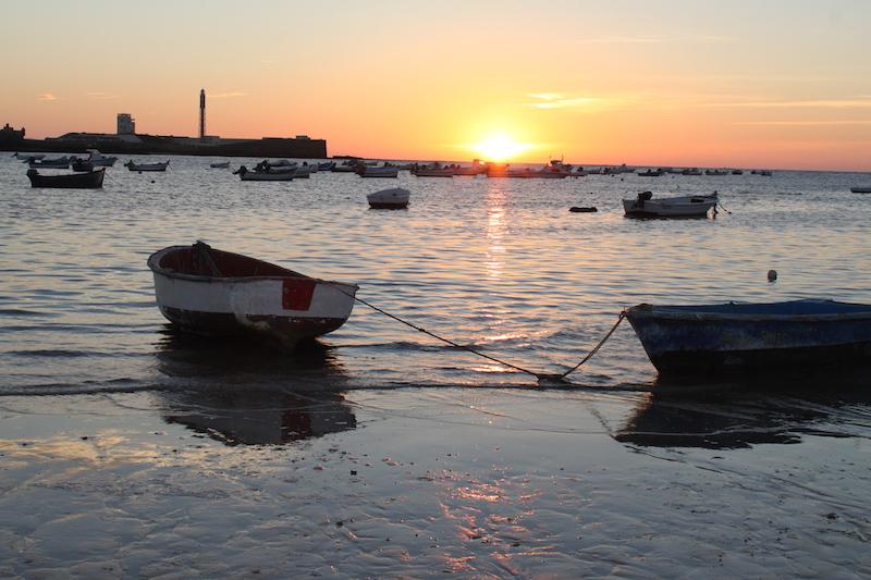 Fischerboote am Strand von Cádiz