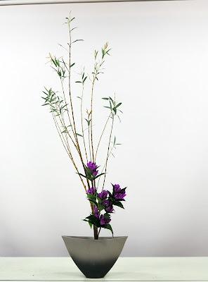 コオリヤナギとリンドウの生花正風体。池坊生け花