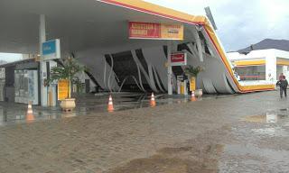 Teto de posto de combustível cai com ventania em Sobral
