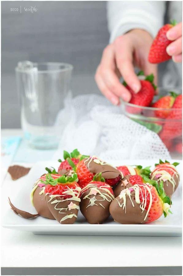 fresas con chocolate de película- trucos para fundir chocolate- cómo derretir chocolate- fundir chocolate al microondas- fundir chocolate al baño maría- cómo fundir chocolate blanco