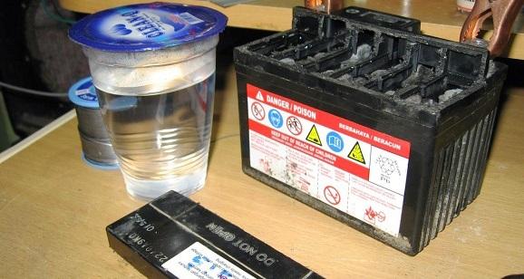 Cara baru Memperbaiki aki kering air aqua sebagai cairan elektrolit