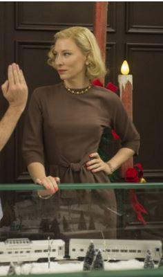 Carol com vestido marrom de mangas compridas