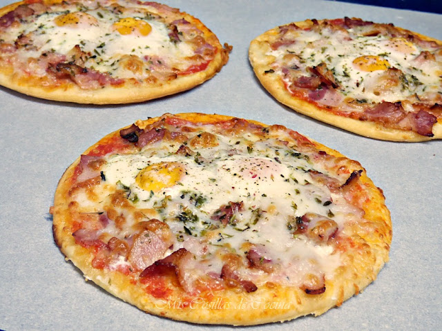 Mini pizzas de bacon y huevos de codorniz