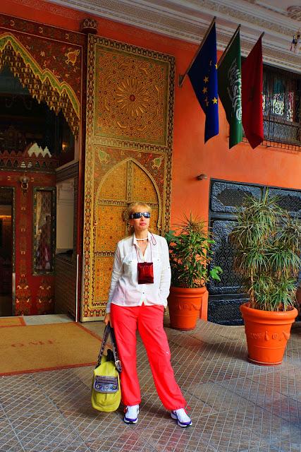 Изображение туристки возле входа в отель Moroссan House Hotel