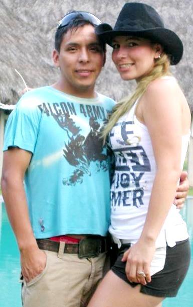Foto de Milena Zárate y el padre de su hija