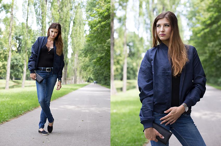 Bomberjacke Lace-Up Body und Jeans ganz Halbportrait