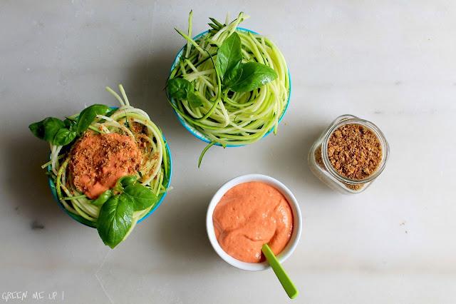 spaghetti cru courgette sauce tomate parmesan végétal sésame noix