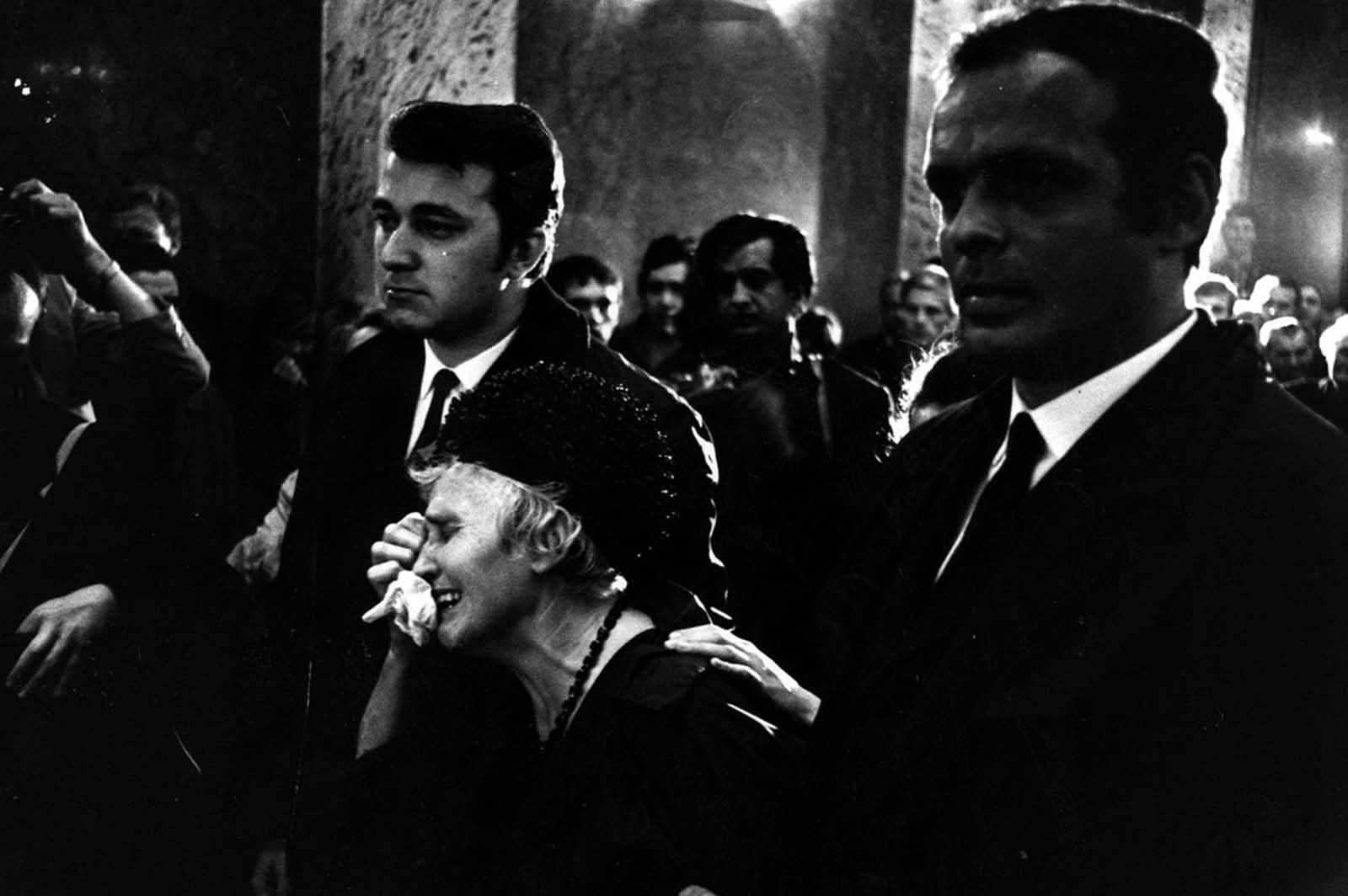 Una mujer llora en un funeral por una de las víctimas de los combates en Checoslovaquia.