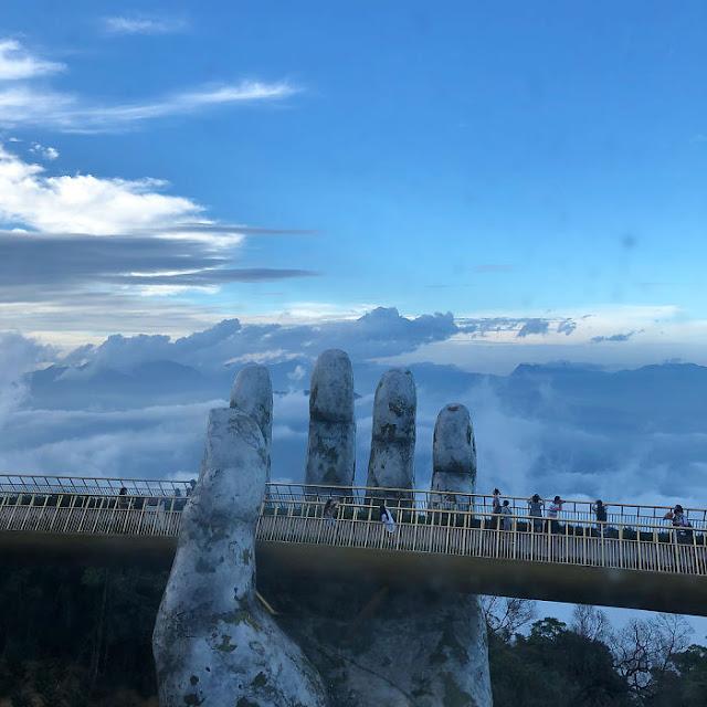 manos-colosales-sostienen-el-impresionante-puente-dorado-de-Vietnam