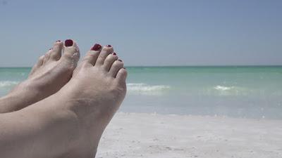 Férias e pés para o ar