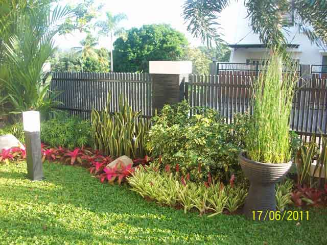 Sumber: rumahkecilminimalis.com & 65 Desain Taman Depan Rumah Mungil Minimalis | Desainrumahnya.com