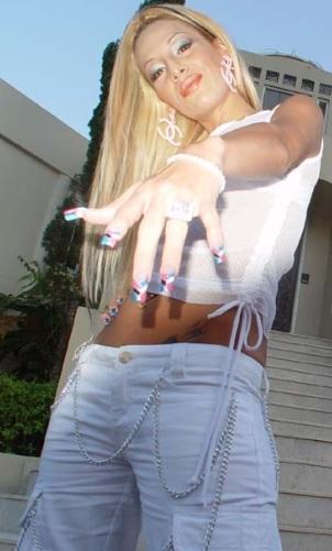 Foto de Ivy Queen mostrando sus uñas