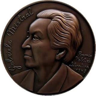 Foto de a una medalla con Gabriela Mistral