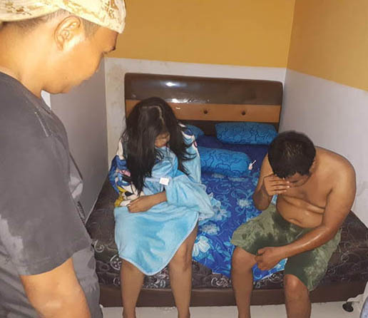 Oknum polisi dan selingkuhannya saat digrebek di dalam kamar hotel.