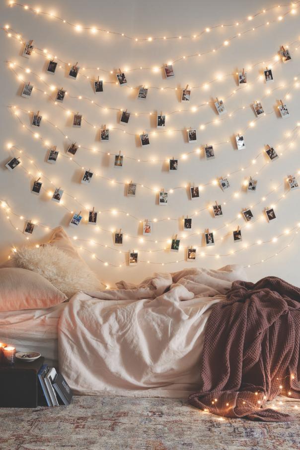 guirlande de photos au dessus du lit