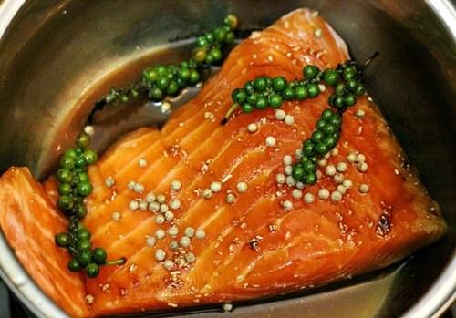 Món cá hồi kho tiêu xanh cực ngon