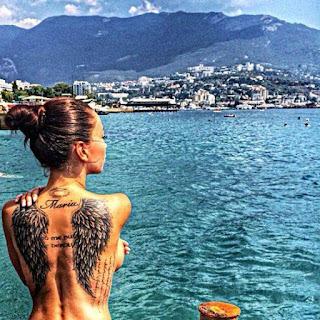tatuaje de alas en blanco y negro en la espalda