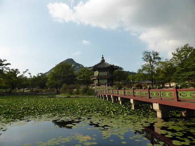 Pabellón Hyanggwonjeong rodeado por el estanque de nenufares