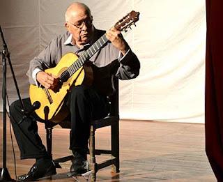 Félix Ramos, en pleno acto de creación artística. (Foto del autor)