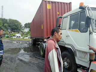 http://ligaemas.blogspot.com/2017/02/digilas-ban-belakang-truk-trailer.html