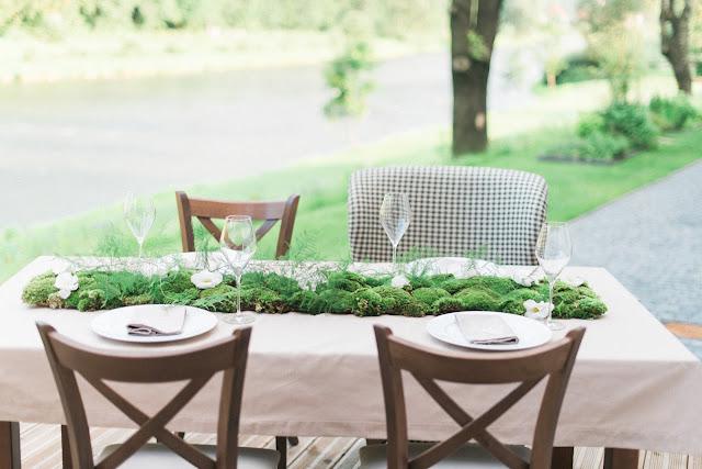 Mech na stołach weselnych.