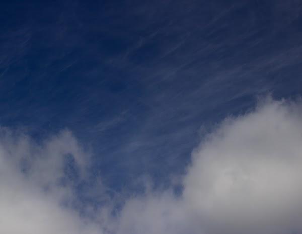 PauMau 40+ nelkytplus blogi taivas pilvet clouds sky sininen valkoinen blue white valokuvaus photography