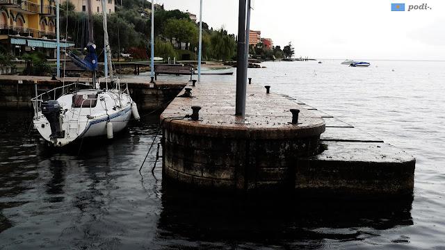 pequeño embarcadero en el lago de Garda