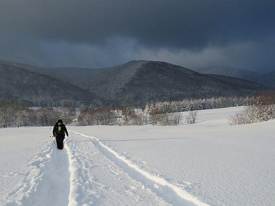 Łąki pokryte śniegiem w Wołosatym.